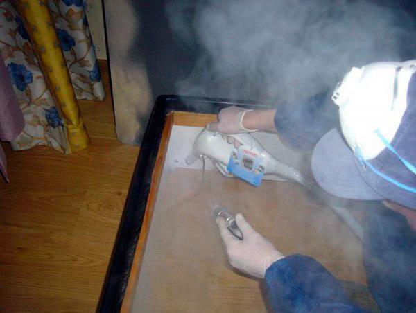 Избавиться от клопов в мебели можно с помощью горячего пара из отпаривателя...