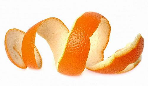 В качестве отпугивающего моль средства эффективны и свежие апельсиновые корки