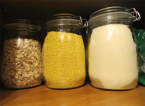 Чтобы предупредить появление пищевой моли в крупах, удобно использовать банки с плотно подогнанной крышкой