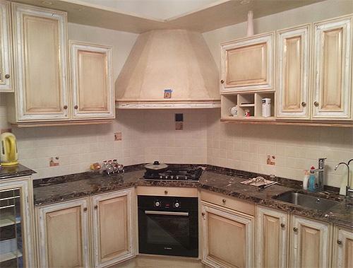 Покидая продукты питания, личинки моли могут расползаться в различные укромные уголки мебели на кухне