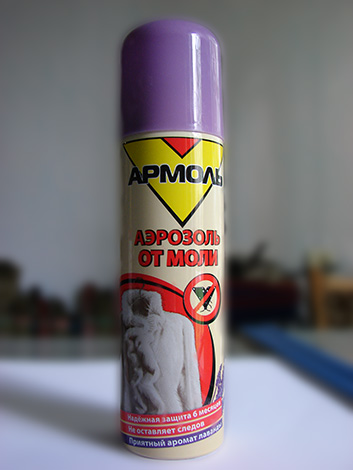 Обработка шкафа аэрозолем Армоль поможет уничтожить живущих там личинок моли, а также бабочек