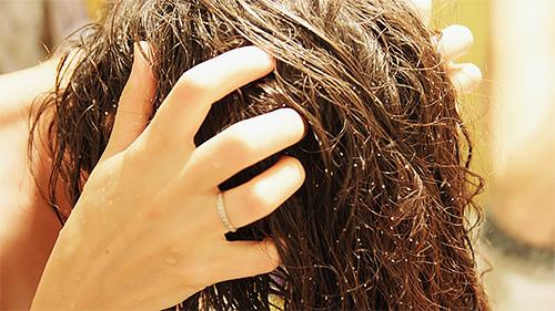 После нанесения Бензилбензоата на голову, надо слегка втереть средство в волосы