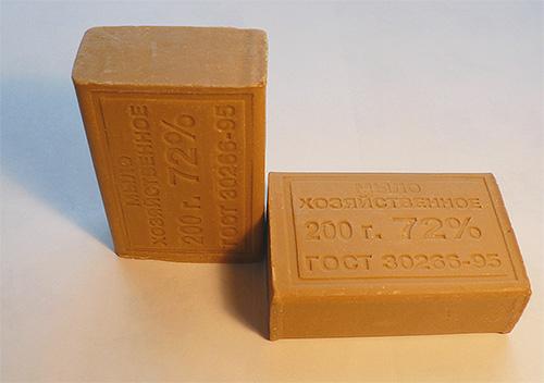 Хозяйственное мыло часто используется для отпугивания моли (раскладывается в карманы одежды)