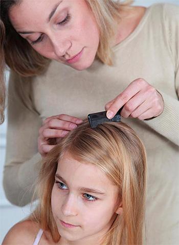 Для того чтобы предупредить заражение головными вшами, не стоит пользоваться чужими средствами гигиены