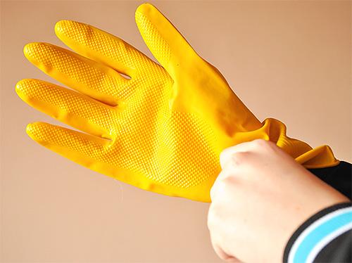 Обязательно используйте средства индивидуальной защиты при обработке помещения