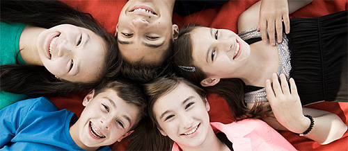Заразиться вшами дети могут как при непосредственном контакте, так и через чужие средства ухода за волосами