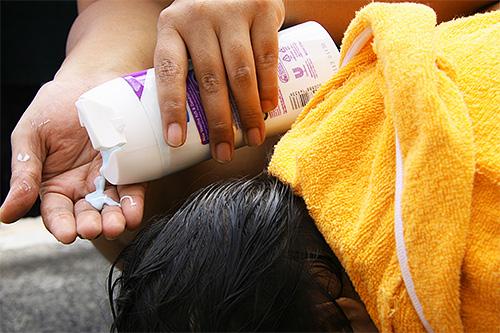 Для лечения от вшей при помощи шампуня следует сначала нанести средство на волосы и вспенить его
