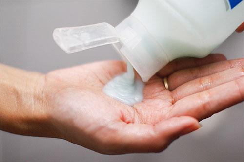 Для избавления ребенка от вшей можно скомбинировать инсектицидный шампунь с использованием гребня