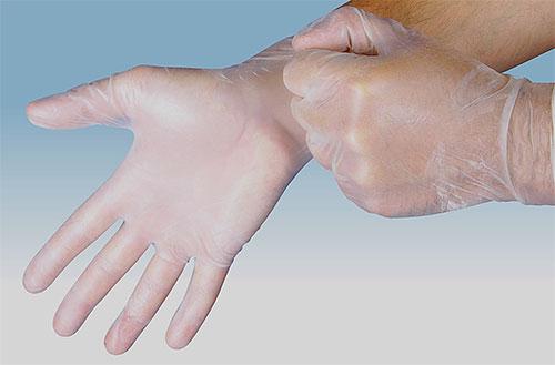 Применяя инсектицидное средство от вшей и гнид, пользуйтесь перчатками для защиты кожи рук