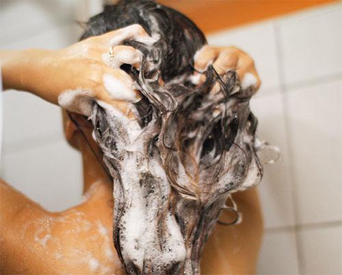 Через некоторое время после обработки перекисью волос нужно вымыть голову с мылом.