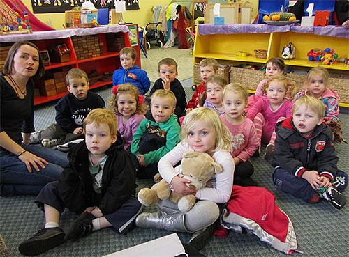 В детских коллективах, например, в садиках и школах, наиболее легко и быстро распространяется головная вошь