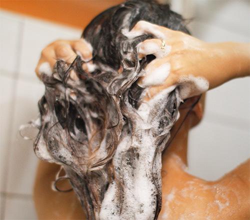 Перед применением чемеричной воды следует сначала вымыть голову обычным шампунем.