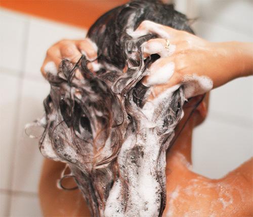 После того как шампунь от вшей был выдержан на волосах необходимое время, его нужно тщательно смыть