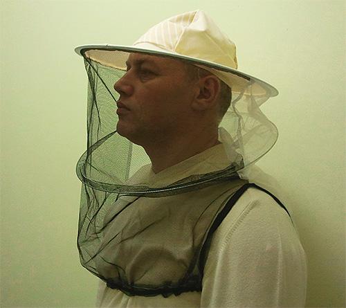 Приступая к уничтожению шершней, не забудьте надеть маску пчеловода и одежду с длинными рукавами.