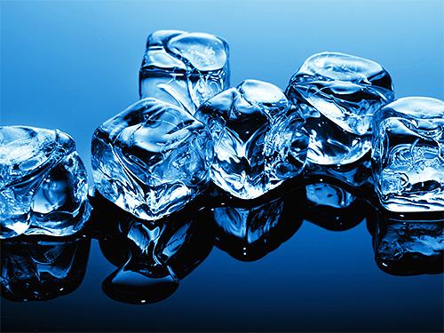 Если вас ужалило насекомое дома, то можно приложить к ранке лед из холодильника - это замедлит распространение яда и снизит выраженность отека.