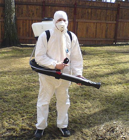 Процедура уничтожения клопов горячим туманом подразумевает использование защитной одежды с длинными рукавами и респиратора.