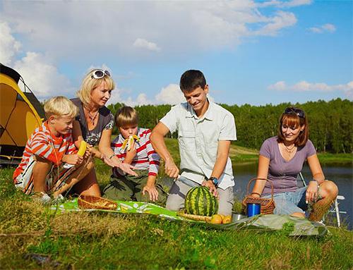 Собираясь с детьми на природу, нужно обязательно иметь в аптечке средства первой помощи при укусах насекомых
