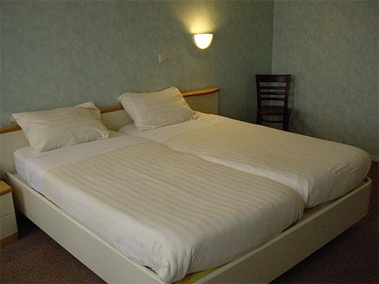 Как правило, клопы заводятся прежде всего рядом с кроватью или диваном, где спят люди.
