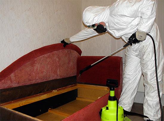 В числе препаратов, которые используют санэпидемстанции для обработки домов от насекомых, имеются как пахучие средства, так и препараты без сильного запаха.