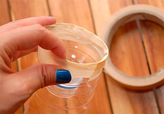 Верхняя часть бутылки отрезается и плотно вставляется в нижнюю.