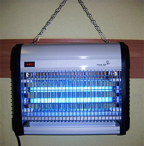 Такие вот уничтожители насекомых на ультрафиолетовых лампах нередко используются в магазинах и ресторанах.