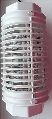 В уничтожителе насекомых есть специальная защитная решетка, чтобы человек не смог прикоснуться к электрошоковой металлической сетке.