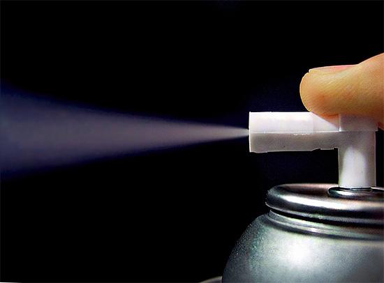 При использовании готового аэрозольного баллончика с инсектицидным средством распыляемые частицы значительно меньше по размеру, чем при использовании бытового опрыскивателя.