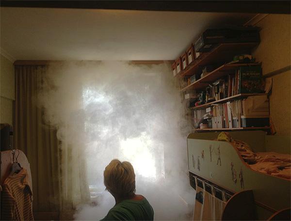 При использовании инсектицидной дымовой шашки дым рассеивается по всему помещению и проникает практически во все щели и отверстия.