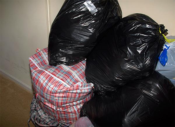 На фото показан пример одежды, упакованной в полиэтиленовые пакеты, чтобы ткани не впитали в себя посторонние запахи.