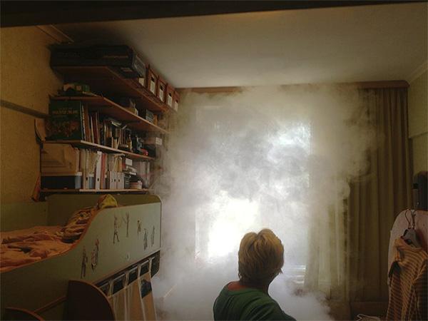 Инсектицидный дым из шашки заполняет все комнаты квартиры, уничтожая насекомых даже в самых укромных местах.
