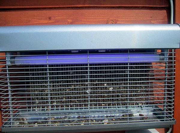 Электрические уничтожители привлекают летающих насекомых светом ультрафиолетовой лампы, а затем уничтожают их электрическим разрядом.