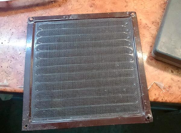 Чтобы в помещение не проникали клопы, тараканы и другие насекомые от соседей, на вентиляционное отверстие можно установить решетку с мелкой сеткой.