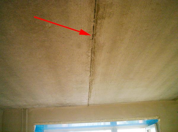 Трещины в стенах, потолке и полу тоже нередко дают возможность паразитам перемещаться между помещениями.