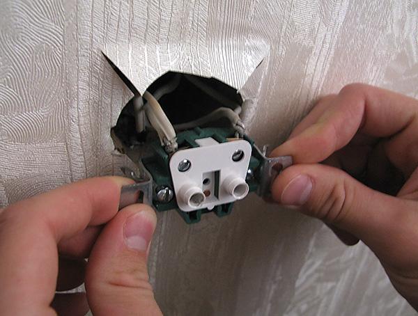 Мокрицы могут появляться в квартире, проникая даже через отверстия в стенах под розетки.