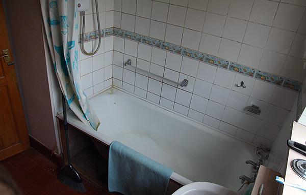 Высокая влажность в квартире (например, в ванной комнате, туалете) является благоприятным фактором для существования здесь мокриц.