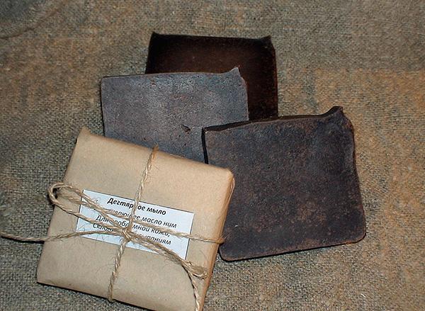 Дегтярное мыло имеет коричневый цвет из-за высокого содержания березового дегтя (до 10% от массы).