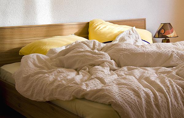 Симптомы клещевой аллергии усиливаются при нахождении человека дома - например, при отдыхе на зараженной клещами кровати.