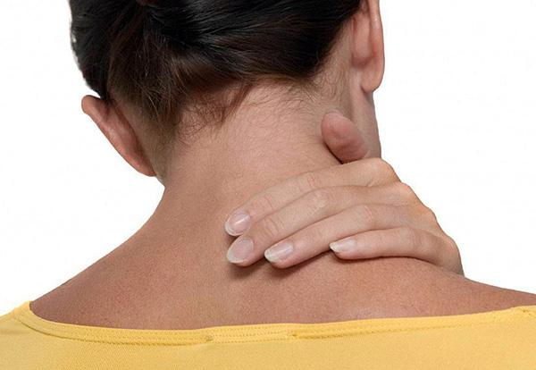 При боррелиозе нередко наблюдается скованность мышц шеи.