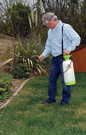 Для уничтожения клещей, как правило, достаточно обрабатывать траву и объекты на высоту 50 см от уровня земли.