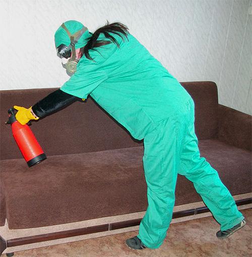 Перед обработкой поверхностей обязательно нужно надеть средства защиты