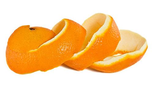 Свежие апельсиновые корки смогут отпугнуть моль от пищевых запасов, но уничтожить личинки они не смогут