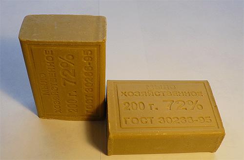 Доступное народное средство от моли - хозяйственное мыло. Однако запах его не из приятных.