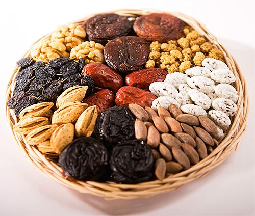 Личинки пищевой моли также едят орехи, сухофрукты и сушеные ягоды
