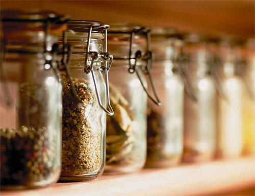 Сыпучие пищевые продукты нужно хранить в плотно закрывающихся емкостях