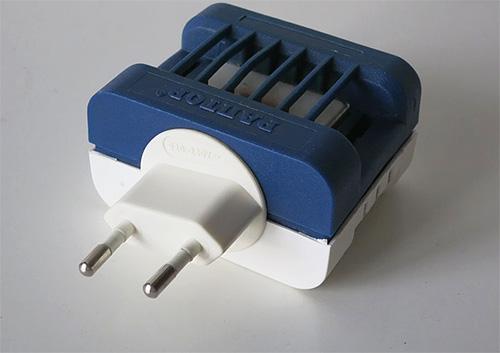 Для защиты шубы от моли можно использовать фумигаторы Раптор со специальными пластинами