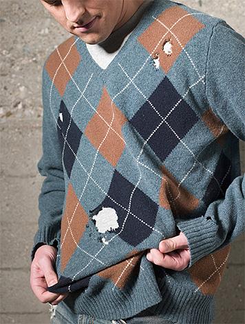 А этот свитер, поврежденный личинками, уже не спасти