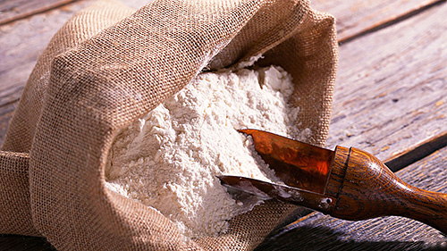 Перед добавлением муки в выпечку желательно ее просеять, чтобы проконтролировать наличие личинок пищевой моли