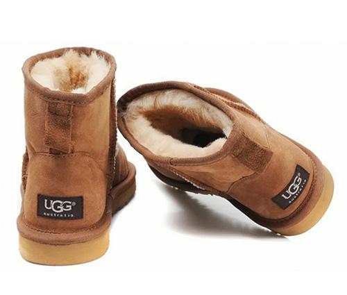 Новая обувь с натуральным мехом вполне может стать причиной появления моли в квартире