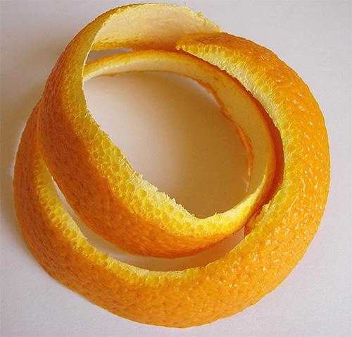 Апельсиновые корки - проверенное народное средство от моли на кухне, главное, чтобы они были свежими