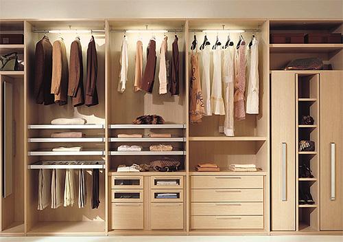Чтобы уничтожить платяную моль, нужно обработать весь шкаф с одеждой